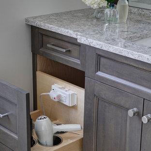 シカゴの中くらいのトランジショナルスタイルのおしゃれなマスターバスルーム (シェーカースタイル扉のキャビネット、濃色木目調キャビネット、置き型浴槽、コーナー設置型シャワー、分離型トイレ、グレーのタイル、磁器タイル、グレーの壁、磁器タイルの床、アンダーカウンター洗面器、クオーツストーンの洗面台) の写真