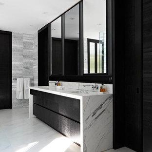 Выдающиеся фото от архитекторов и дизайнеров интерьера: большая главная ванная комната в современном стиле с врезной раковиной, плоскими фасадами, черными фасадами, белой плиткой, каменной плиткой, серыми стенами, полом из линолеума и мраморной столешницей