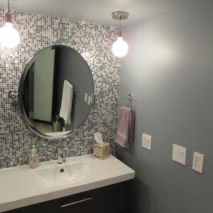Exempel på ett litet modernt en-suite badrum, med kaklad bänkskiva, en hörndusch, en toalettstol med hel cisternkåpa, blå kakel, keramikplattor, vita väggar, mellanmörkt trägolv, släta luckor och ett integrerad handfat