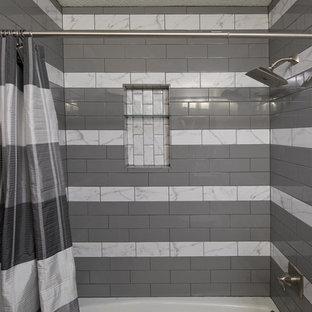 Foto de cuarto de baño principal, contemporáneo, de tamaño medio, con armarios con paneles con relieve, puertas de armario blancas, ducha empotrada, sanitario de una pieza, paredes grises, lavabo bajoencimera, encimera de granito y ducha con cortina