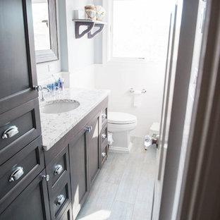 Idee per una piccola sauna tradizionale con ante in stile shaker, ante grigie, vasca ad alcova, WC monopezzo, piastrelle bianche, piastrelle in ceramica, pareti grigie, pavimento con piastrelle in ceramica, lavabo sottopiano e top in granito