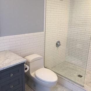 Inspiration för ett mellanstort vintage grå grått en-suite badrum, med skåp i shakerstil, grå skåp, en öppen dusch, en toalettstol med hel cisternkåpa, vit kakel, keramikplattor, grå väggar, mosaikgolv, ett undermonterad handfat, marmorbänkskiva, grått golv och med dusch som är öppen
