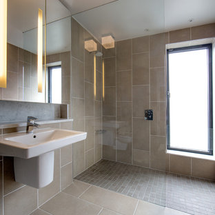 Immagine di una stanza da bagno per bambini design di medie dimensioni con ante di vetro, zona vasca/doccia separata, WC sospeso, piastrelle marroni, piastrelle in ceramica, pareti marroni, pavimento con piastrelle in ceramica, lavabo sospeso, top in quarzo composito e pavimento marrone