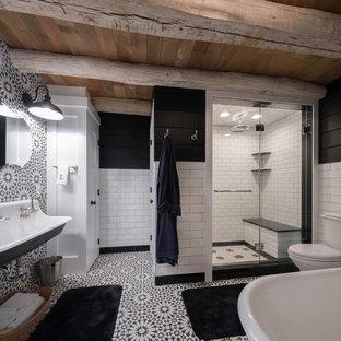Foto di una stanza da bagno padronale country con pistrelle in bianco e nero, pareti nere, porta doccia a battente, vasca freestanding, doccia alcova, WC a due pezzi, piastrelle di cemento, pavimento con cementine, lavabo rettangolare e pavimento multicolore