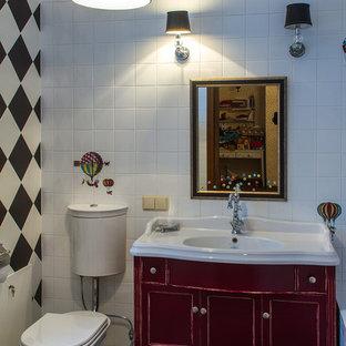 Foto de cuarto de baño infantil, bohemio, de tamaño medio, con armarios tipo mueble, puertas de armario rojas, baldosas y/o azulejos blancos, baldosas y/o azulejos de cerámica, bañera encastrada, sanitario de una pieza, paredes blancas, suelo de baldosas de cerámica y lavabo tipo consola
