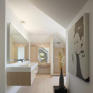Неиссякаемый источник вдохновения для домашнего уюта: маленькая главная ванная комната в стиле модернизм с врезной раковиной, плоскими фасадами, светлыми деревянными фасадами, открытым душем, бежевой плиткой, столешницей из искусственного камня, каменной плиткой, белыми стенами, полом из известняка и открытым душем