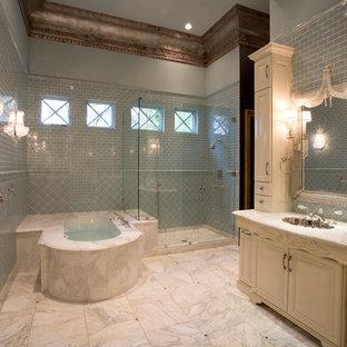 Ispirazione per una grande stanza da bagno padronale mediterranea con lavabo sottopiano, consolle stile comò, ante beige, top in marmo, vasca sottopiano, vasca/doccia, WC monopezzo, piastrelle blu, piastrelle in ceramica, pareti blu e pavimento in marmo
