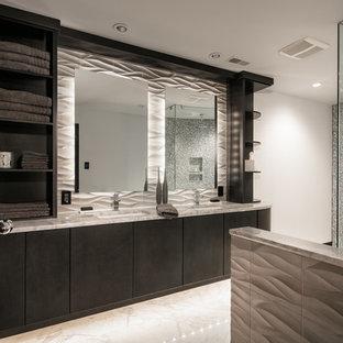Ejemplo de cuarto de baño principal, moderno, grande, con armarios con paneles lisos, puertas de armario negras, ducha esquinera, baldosas y/o azulejos blancas y negros, baldosas y/o azulejos en mosaico, paredes blancas, lavabo bajoencimera, encimera de mármol y suelo de mármol