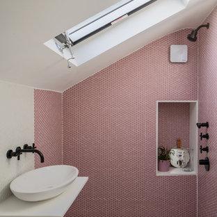 Стильный дизайн: ванная комната в скандинавском стиле с открытым душем, розовой плиткой, плиткой мозаикой, белыми стенами, полом из мозаичной плитки, душевой кабиной, настольной раковиной, разноцветным полом, открытым душем и белой столешницей - последний тренд