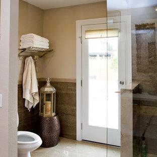 Ejemplo de cuarto de baño principal, de estilo zen, de tamaño medio, con lavabo bajoencimera, armarios tipo mueble, puertas de armario de madera en tonos medios, encimera de cuarzo compacto, ducha abierta, sanitario de dos piezas, baldosas y/o azulejos beige, baldosas y/o azulejos de porcelana, paredes multicolor y suelo de baldosas de porcelana