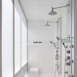 Diseño de cuarto de baño minimalista con ducha doble
