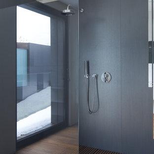Diseño de cuarto de baño principal, actual, grande, sin sin inodoro, con puertas de armario de madera oscura, baldosas y/o azulejos grises, baldosas y/o azulejos de cemento, paredes grises, suelo de bambú y lavabo tipo consola