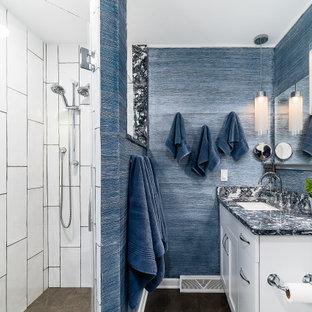Foto di una grande stanza da bagno padronale tradizionale con ante lisce, ante bianche, pareti blu, top in quarzite, pavimento marrone, doccia alcova, pavimento in legno massello medio, lavabo sottopiano, doccia aperta, top grigio, un lavabo e mobile bagno incassato