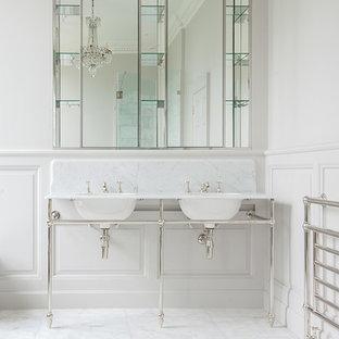Foto di una stanza da bagno chic con piastrelle bianche, lastra di pietra, pareti bianche e pavimento in marmo