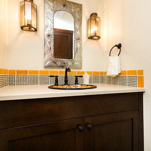 Amerikansk inredning av ett litet badrum med dusch, med skåp i shakerstil, skåp i mörkt trä, flerfärgad kakel, keramikplattor, beige väggar, tegelgolv, ett nedsänkt handfat, bänkskiva i kvarts och rött golv