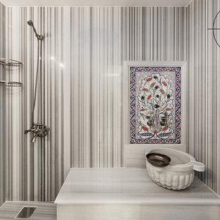 Ispirazione per una sauna chic di medie dimensioni con WC sospeso, piastrelle grigie, piastrelle di marmo, pareti grigie, pavimento in marmo, lavabo a consolle, top in marmo, pavimento grigio e top grigio