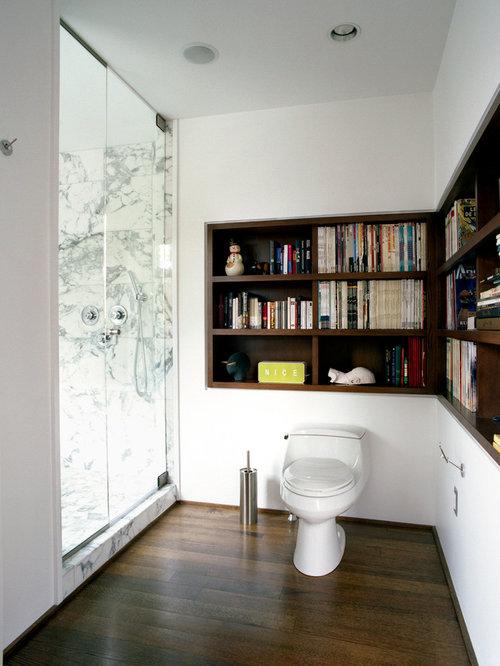 Salle de bain avec un sol en bois foncé et des dalles de pierre ...