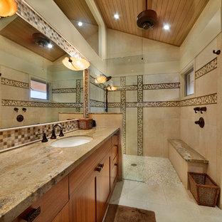 Foto di una grande stanza da bagno padronale tropicale con doccia a filo pavimento, piastrelle a mosaico, ante in stile shaker, ante in legno scuro, piastrelle marroni, pareti beige, lavabo sottopiano e top in granito