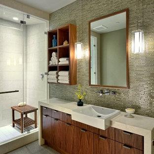 Imagen de cuarto de baño principal, rústico, con puertas de armario de madera en tonos medios, ducha empotrada, armarios con paneles lisos, baldosas y/o azulejos verdes y baldosas y/o azulejos en mosaico