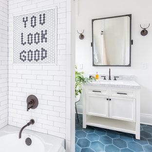 Immagine di una stanza da bagno bohémian con ante in stile shaker, ante bianche, piastrelle grigie, piastrelle multicolore, piastrelle bianche, piastrelle diamantate, pareti bianche, lavabo sottopiano, pavimento blu e top grigio