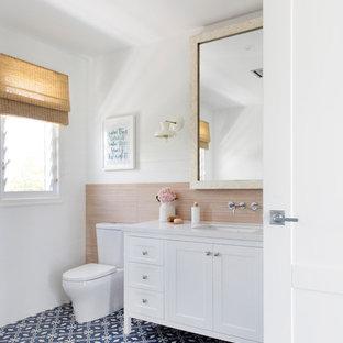 На фото: с высоким бюджетом большие ванные комнаты в морском стиле с белыми фасадами, белыми стенами, врезной раковиной, синим полом, белой столешницей, фасадами в стиле шейкер, отдельно стоящей ванной, угловым душем, инсталляцией, серой плиткой, керамогранитной плиткой, полом из цементной плитки, столешницей из искусственного кварца и душем с распашными дверями