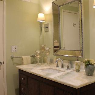 Diseño de cuarto de baño con ducha, clásico renovado, de tamaño medio, con armarios tipo mueble, puertas de armario de madera en tonos medios, ducha empotrada, baldosas y/o azulejos verdes, losas de piedra, encimera de ónix y encimeras verdes