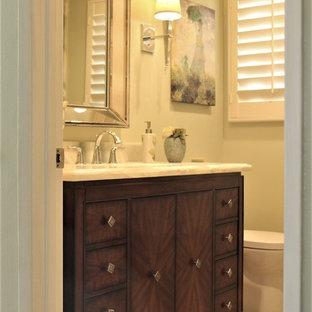 Ejemplo de cuarto de baño con ducha, clásico renovado, de tamaño medio, con armarios tipo mueble, puertas de armario de madera en tonos medios, ducha empotrada, baldosas y/o azulejos verdes, losas de piedra, encimera de ónix y encimeras verdes