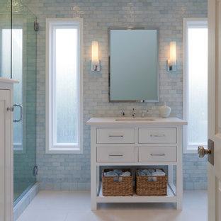 Idéer för mellanstora vintage vitt badrum med dusch, med vita skåp, blå kakel, ett undermonterad handfat, bänkskiva i kvarts, glaskakel, blå väggar, klinkergolv i porslin och släta luckor
