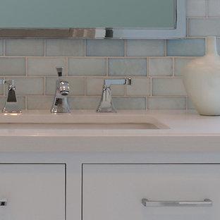Foto di una stanza da bagno con doccia tradizionale di medie dimensioni con ante con riquadro incassato, ante bianche, doccia aperta, piastrelle blu, piastrelle di vetro, pareti blu, pavimento in gres porcellanato, lavabo sottopiano e top in quarzo composito