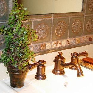 Ispirazione per una piccola sauna mediterranea con lavabo a colonna, WC monopezzo, piastrelle multicolore, piastrelle a mosaico, pareti beige e pavimento in travertino