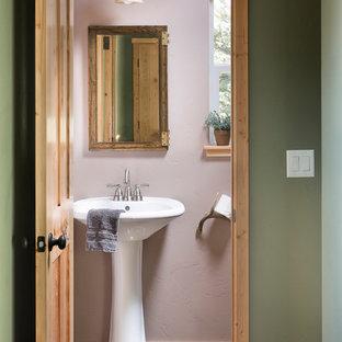 Ejemplo de cuarto de baño rústico, pequeño, con baldosas y/o azulejos verdes, baldosas y/o azulejos de cerámica, paredes púrpuras, suelo de baldosas de porcelana y lavabo con pedestal