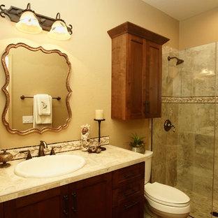 Immagine di una piccola stanza da bagno con doccia mediterranea con lavabo da incasso, ante in stile shaker, ante in legno scuro, top piastrellato, doccia alcova, piastrelle beige, piastrelle in ceramica, pareti beige e pavimento in legno massello medio