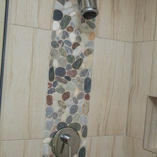 Diseño de cuarto de baño infantil, clásico renovado, pequeño, con ducha empotrada, suelo de baldosas tipo guijarro, paredes beige y suelo de baldosas de porcelana