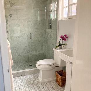 Свежая идея для дизайна: маленькая ванная комната в стиле неоклассика (современная классика) с стеклянными фасадами, белыми фасадами, душем в нише, раздельным унитазом, серой плиткой, мраморной плиткой, синими стенами, мраморным полом, душевой кабиной, раковиной с пьедесталом, столешницей из искусственного камня, серым полом, душем с распашными дверями, белой столешницей, тумбой под одну раковину и напольной тумбой - отличное фото интерьера