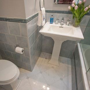 Foto di una piccola stanza da bagno con doccia tradizionale con lavabo a colonna, vasca ad alcova, vasca/doccia, WC a due pezzi, piastrelle blu, piastrelle in ceramica, pavimento in marmo, pareti blu, pavimento rosso e porta doccia a battente