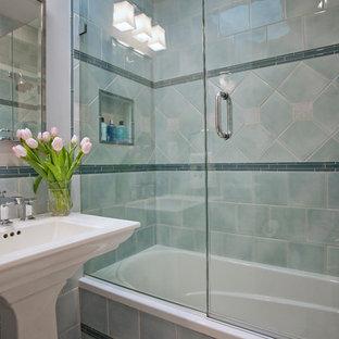 Klassisk inredning av ett litet badrum med dusch, med ett piedestal handfat, ett badkar i en alkov, en dusch/badkar-kombination, en toalettstol med separat cisternkåpa, blå kakel, keramikplattor, blå väggar, marmorgolv, dusch med gångjärnsdörr och rött golv