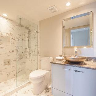 Modelo de cuarto de baño con ducha, romántico, pequeño, con lavabo sobreencimera, armarios con paneles lisos, puertas de armario blancas, encimera de cuarzo compacto, ducha abierta, sanitario de una pieza, baldosas y/o azulejos beige, paredes beige y suelo de baldosas de cerámica