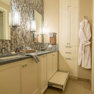 オースティンの中くらいのモダンスタイルのおしゃれな浴室 (アンダーカウンター洗面器、シェーカースタイル扉のキャビネット、白いキャビネット、ソープストーンの洗面台、マルチカラーのタイル、モザイクタイル、ベージュの壁、磁器タイルの床) の写真