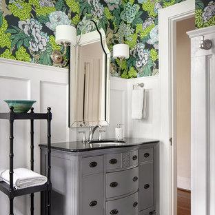Imagen de cuarto de baño infantil, tradicional renovado, de tamaño medio, con armarios tipo mueble, suelo de baldosas de cerámica, lavabo bajoencimera, encimera de cuarzo compacto, suelo gris, puertas de armario grises, paredes multicolor y encimeras negras