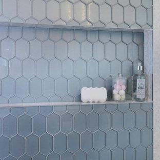サンディエゴの中くらいのトランジショナルスタイルのおしゃれな子供用バスルーム (シェーカースタイル扉のキャビネット、茶色いキャビネット、アルコーブ型浴槽、シャワー付き浴槽、分離型トイレ、青いタイル、ガラスタイル、赤い壁、磁器タイルの床、アンダーカウンター洗面器、クオーツストーンの洗面台、グレーの床、シャワーカーテン、白い洗面カウンター) の写真