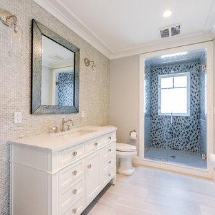 Идея дизайна: детская ванная комната среднего размера в морском стиле с фасадами островного типа, фасадами цвета дерева среднего тона, душем в нише, унитазом-моноблоком, зеленой плиткой, стеклянной плиткой, серыми стенами, полом из винила, монолитной раковиной, столешницей из кварцита, бежевым полом, душем с распашными дверями и белой столешницей