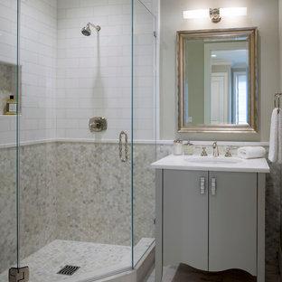 Неиссякаемый источник вдохновения для домашнего уюта: маленькая ванная комната в классическом стиле с фасадами островного типа, серыми фасадами, угловым душем, белой плиткой, каменной плиткой, серыми стенами, мраморным полом, врезной раковиной, мраморной столешницей и душевой кабиной