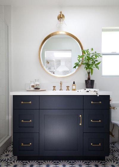 ビーチスタイル 浴室 by Holst Brothers General Contractors