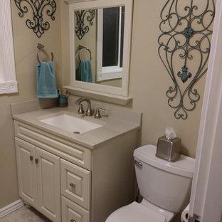 Foto di una piccola stanza da bagno per bambini american style con ante in stile shaker, ante beige, vasca ad alcova, vasca/doccia, WC a due pezzi, pareti beige, pavimento in linoleum, lavabo rettangolare, top in onice, pavimento beige, doccia con tenda e top beige