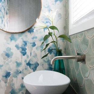 Immagine di una piccola stanza da bagno con doccia boho chic con nessun'anta, ante grigie, piastrelle verdi, piastrelle in ceramica, pavimento con piastrelle in ceramica, lavabo a bacinella, top piastrellato, pavimento grigio e pareti blu