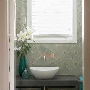 Foto di una piccola stanza da bagno con doccia boho chic con nessun'anta, ante grigie, piastrelle verdi, piastrelle in ceramica, pavimento con piastrelle in ceramica, lavabo a bacinella, top piastrellato, pavimento grigio e pareti blu