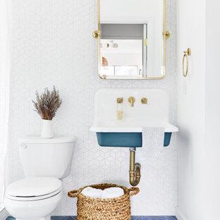Foto di una piccola stanza da bagno con doccia costiera con piastrelle bianche, piastrelle in ceramica, pareti bianche, pavimento in cementine, lavabo sospeso, pavimento blu e WC a due pezzi