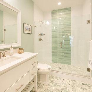 Idee per una grande stanza da bagno stile marino con ante lisce, ante bianche, doccia alcova, WC a due pezzi, piastrelle verdi, piastrelle in gres porcellanato, pareti verdi, pavimento in marmo, lavabo sottopiano e top in granito