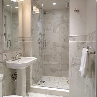 Foto på ett litet vintage en-suite badrum, med en dusch i en alkov, en toalettstol med hel cisternkåpa, vit kakel, porslinskakel, vita väggar, klinkergolv i porslin och ett piedestal handfat