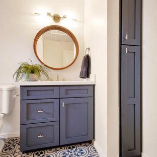 Bild på ett litet vintage vit vitt badrum för barn, med skåp i shakerstil, blå skåp, ett badkar i en alkov, en dusch/badkar-kombination, vit kakel, tunnelbanekakel, grå väggar, klinkergolv i porslin, ett undermonterad handfat, bänkskiva i kvarts, blått golv och dusch med duschdraperi